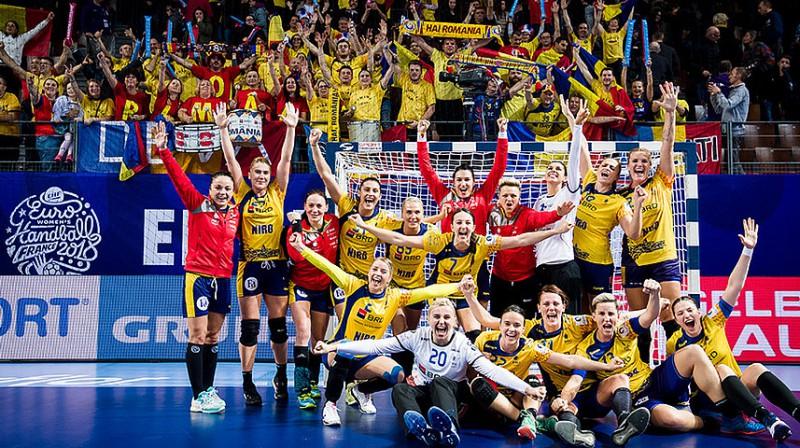 Rumānijas handbolistes priecājas pēc uzvaras pār Norvēģiju.
