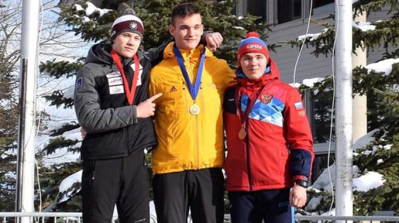 Gints Bērziņš (pa kreisi) un junioru Pasaules kausa otrā posma goda pjedestāla. Foto: Jill Cardinale Segger