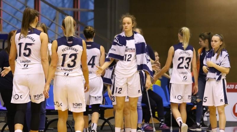 Daniela Grigorjeva un Liepājas basketbolistes. Foto: Ģirts Gertsons, f64