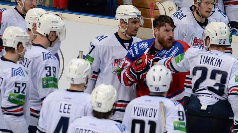 Jakubs Nakladāls kaujas KHL spēlē. Foto: RIA Novosti/Scanpix
