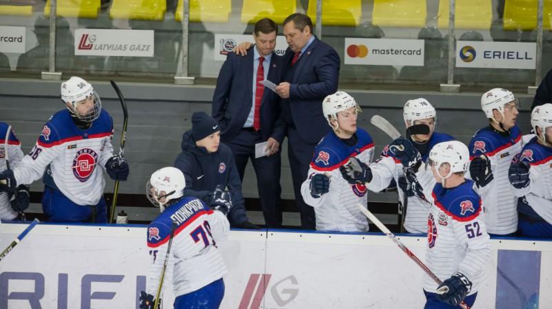 """""""Kapitan"""" komandu vada Leonīds Beresņevs (pa labi). Foto: www.hkr.lv"""