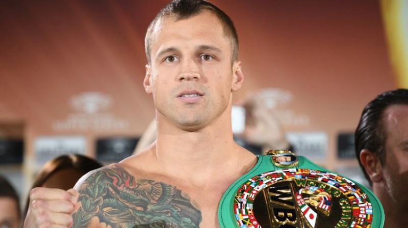 Mairis Briedis ar zaļo WBC čempiona jostu pirms cīņas pret Usiku. Foto: Romāns Kokšarovs/F64