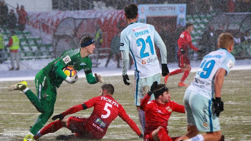 "FK ""Ufa"" futbolisti sarkanajās formās. Foto: Dmitry Mukhametkulov/ Sputnik/Scanpix"