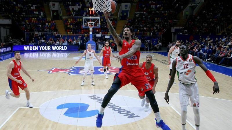"""Maskavas CSKA basketbolists Vils Kleibērns mačā ar Vitorijas """"Baskonia"""" noslēdz caurgājienu. Foto: euroleague.net"""