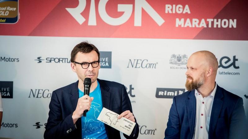 """""""Tet"""" Rīgas maratona organizators Aigars Nords, kā arī """"Tet"""" valdes loceklis un galvenais tehnoloģiju direktors Uldis Tatarčuks. Foto: Renārs Koris"""