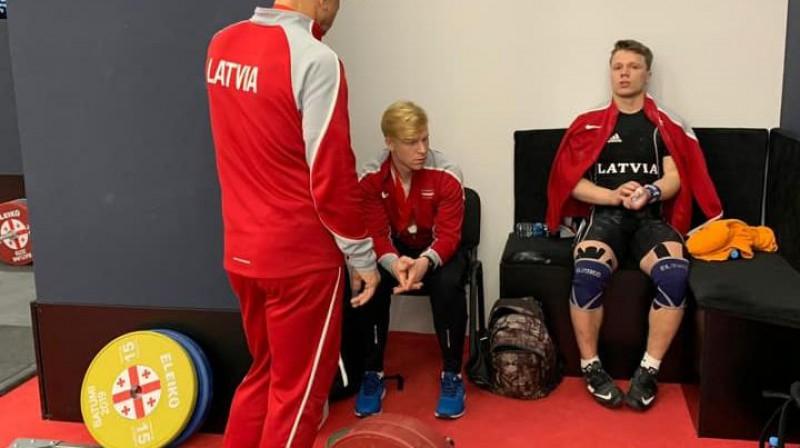 Armands Mežinskis (pa labi) Eiropas čempionātā. Foto: Latvijas Svarcelšanas federācija