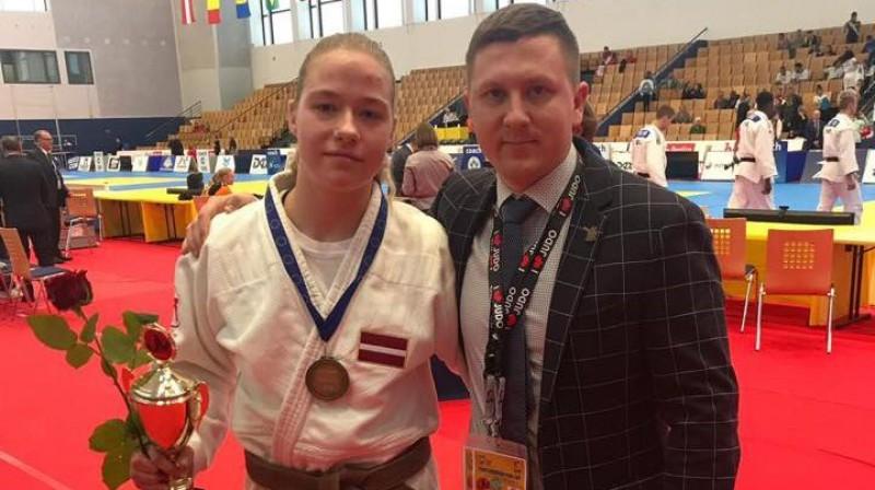Una Dolgiļeviča ar treneri Gati Mīlenbergu pēc veiksmīgā starta Berlīnē. Foto: Latvijas Džudo federācija