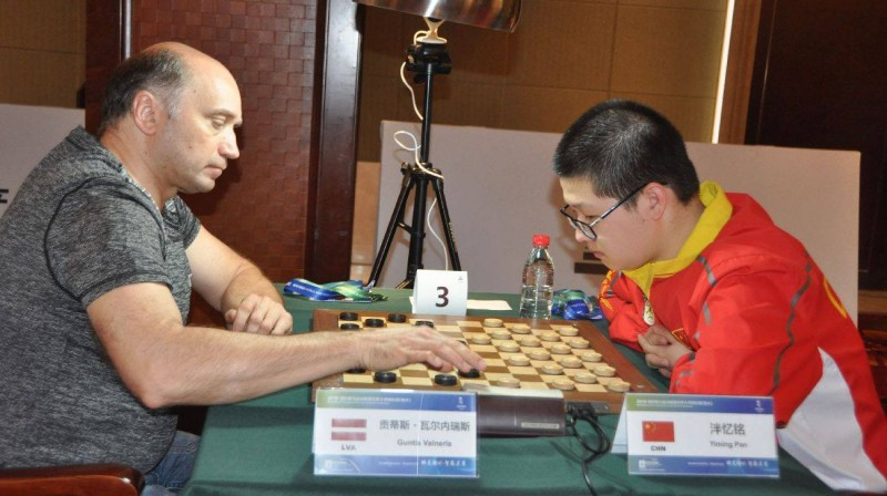 Guntis Valneris (pa kreisi) IMAS pasaules čempionāta ātrās dambretes sacensību laikā. Foto: Pasaules dambretes federācija
