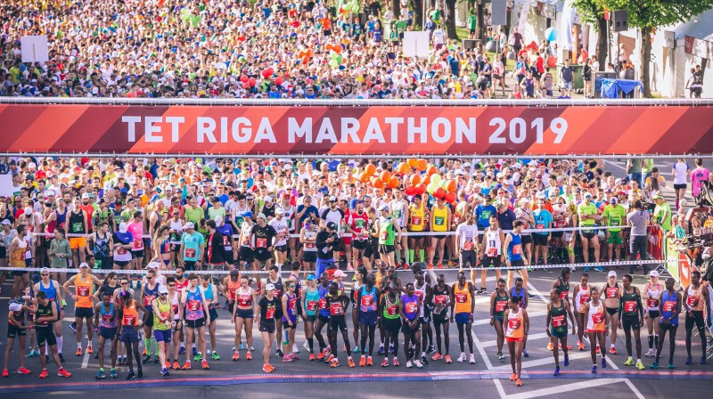 """Skrējēji pirms """"Tet"""" Rīgas maratona starta. Foto: Lauris Vīksne"""