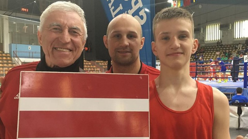 Latvijas Boksa federācijas ģenerālsekretārs Genādijs Glazkovs, treneris Iļja Žilinskis un Matvejs Prokudins. Foto: boxer.lv