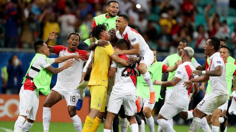Peru futbola izlases spēlētāju prieki. Foto: Ricardo Moraes/Reuters/Scanpix