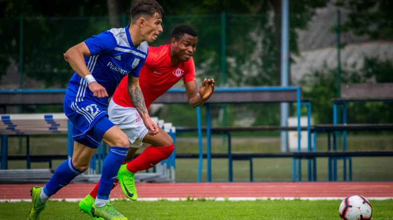 """Cīņa par bumbu mačā starp Jūrmalas """"Spartaks"""" un """"Daugavpils"""" vienībām. Foto: Optibet Virslīga"""