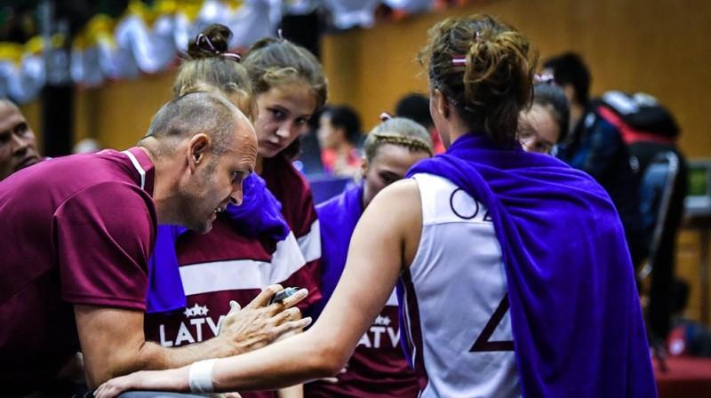 Matīss Graudiņš darbā ar komandu. Foto: FIBA
