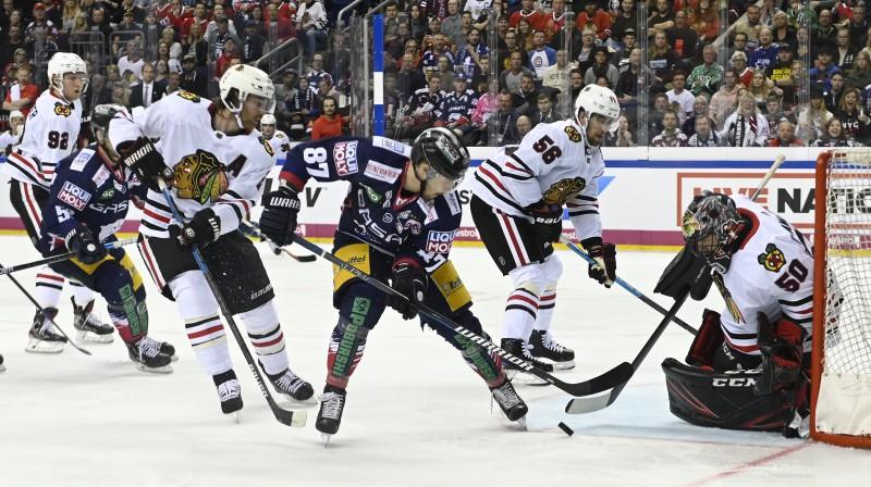 """Cīņa pie Čikāgas """"Blackhawks"""" vārtiem. Foto: Imago/Scanpix"""