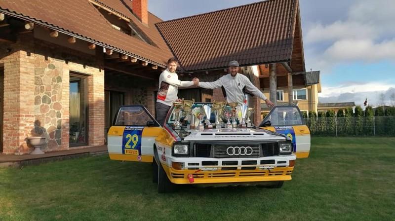 Ivars un Andris Velmes pie sava nu jau bijušā ''Audi Quattro A2''.