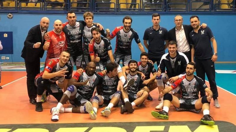 Atvars Ozoliņš kopā ar komandu. Foto: Virtus Volley Fano