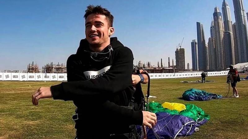 Šarls Leklērs pēc izlēkšanas ar izpletni. Foto: Motorsport.com