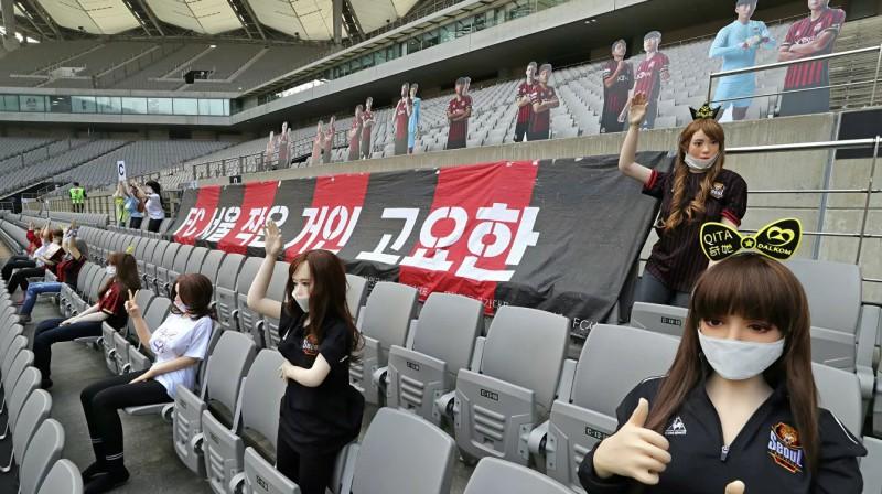 """Seulas stadionā lelles """"skatās"""" futbolu. Foto: Reuters/Scanpix"""