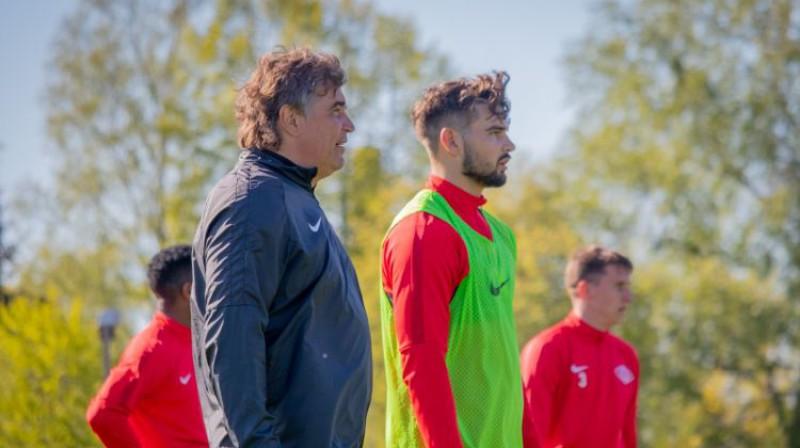 """Jūrmalas """"Spartaka"""" galvenais treneris Aleksejs Jerjomenko un viņa dēls Sergejs Jerjomenko. Foto: FC Spartaks"""