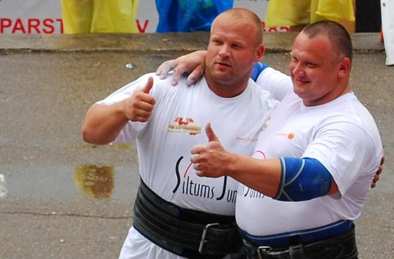 Latvijas spēkavīru pāru čempionātā dramatiskā cīņā uzvar brāļi Kazeļņiki