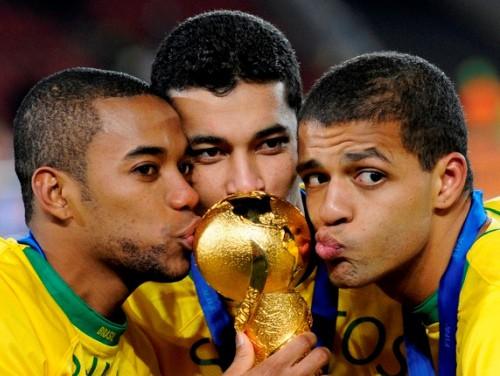 Brazīlija izcīna dramatisku uzvaru un triumfē Konfederāciju kausā