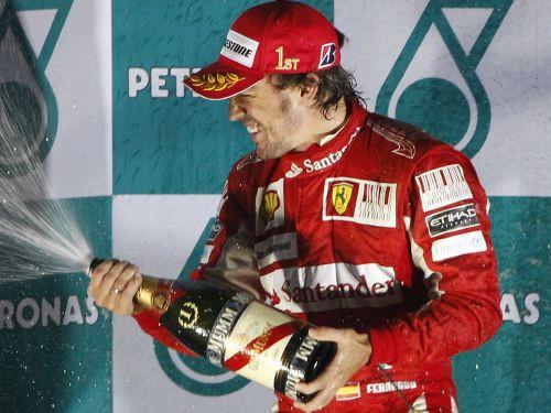 Alonso triumfē haotiskajās Korejas sacīkstēs un kļūst par līderi