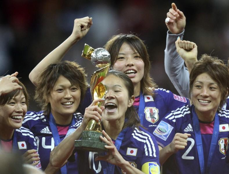 Japāna divreiz atspēlējas finālā un ar pendelēm triumfē Pasaules kausā