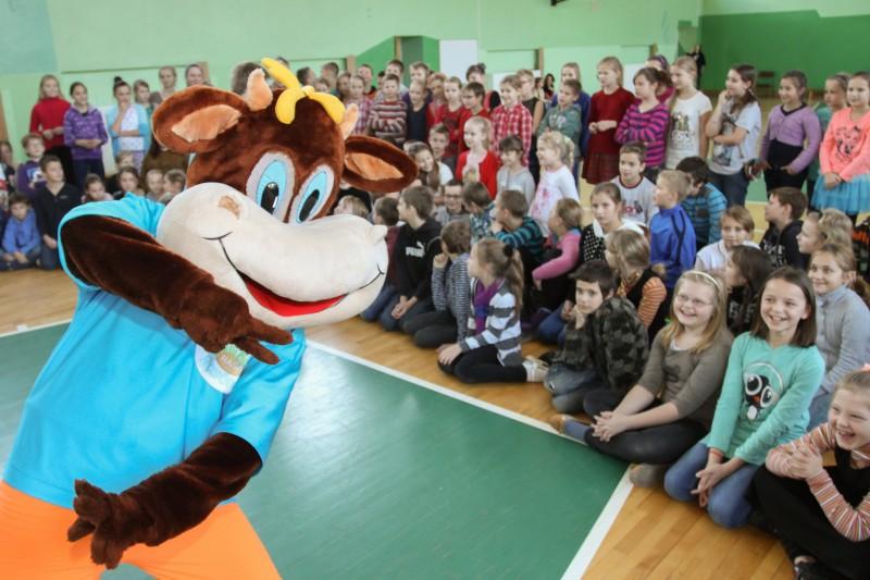 Piena dzēriena Rasēns radītā deja pievērš fiziskajām aktivitātēm gandrīz 4000 bērnus