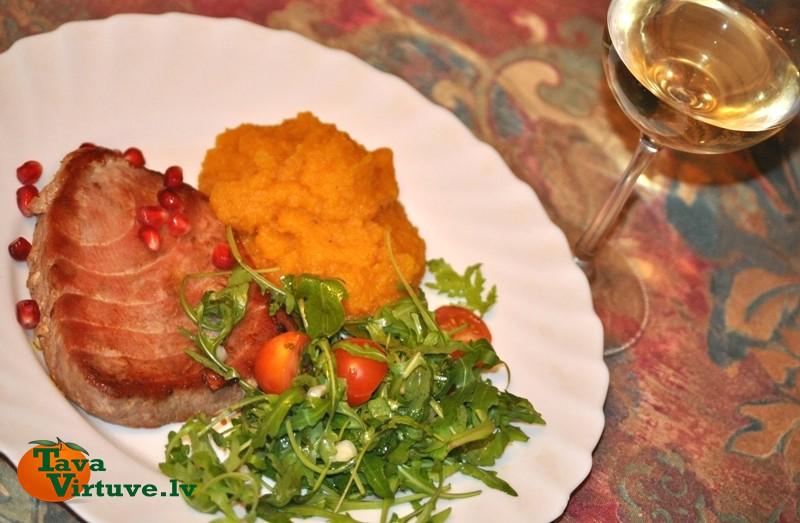 Tunča steiks ar ķirbju biezeni un granātābola sēkliņām