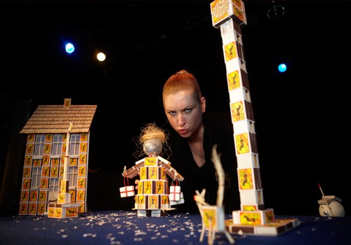 """Pie Leļļu teātra skatītājiem atgriežas sirsnīgā Ziemassvētku pasaka  """"Meitene ar sērkociņiem"""" (+video)"""