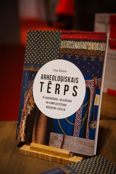 """Izdota grāmata """"Arheoloģiskais tērps. Tā darināšana, valkāšana un komplektēšana mūsdienu Latvijā"""""""