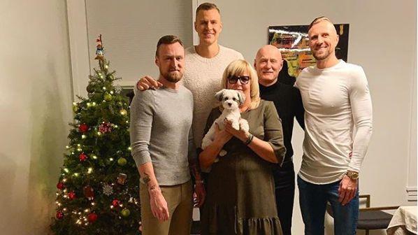 Kā uz paplātes: Latvijas sporta zieds svin un sveic Ziemassvētkos