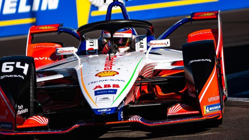 """""""BMW"""" piloti piedzīvo sadursmi """"Formula E"""" sacīkstēs un uzdāvina uzvaru konkurentam"""