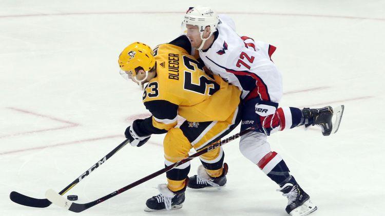 """""""Penguins"""" ar Bļugeru otrajā maiņā pieveic Vašingtonu, Malkinam 1000 punkti NHL"""