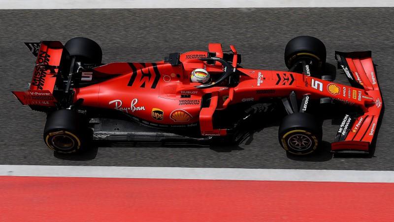 """Fetels pārspēj Hamiltonu treniņā, """"Ferrari"""" atkal parāda ātruma pārsvaru"""