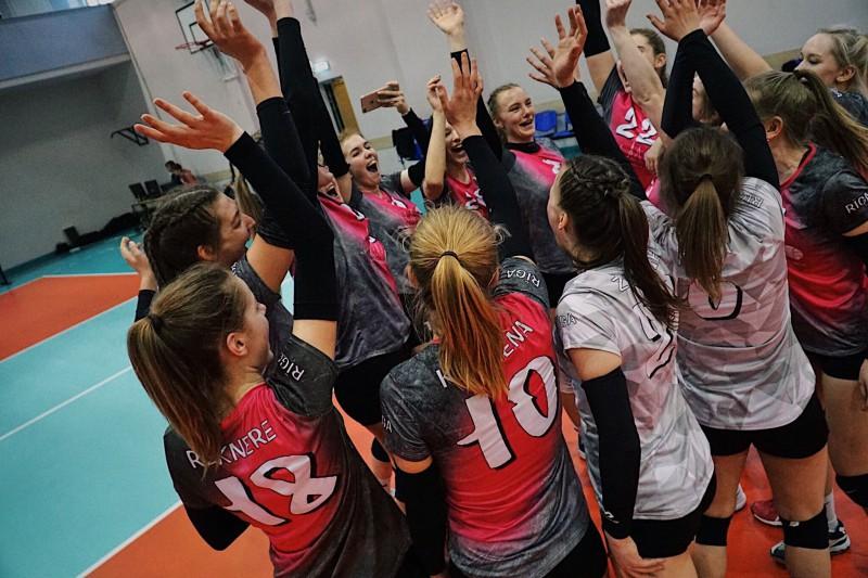 """RVS volejbolistes uzvar atbildes spēlē, """"zelta setā"""" un kļūst par Latvijas čempionēm"""