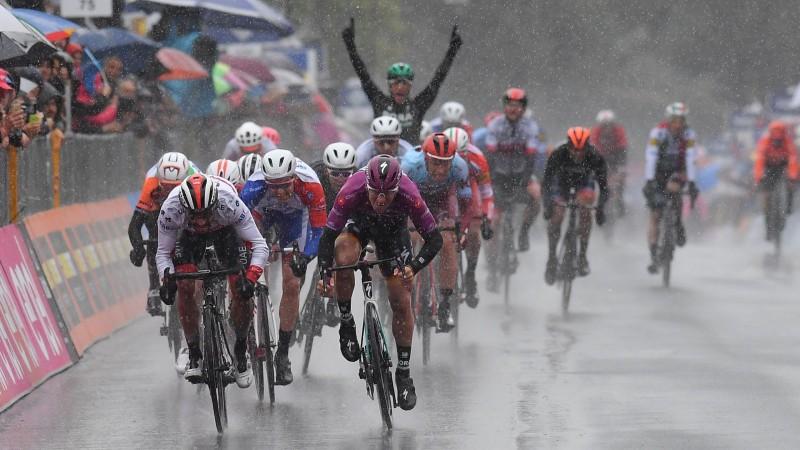 """""""Giro d'Italia"""" uzvar izmirkušais Akermans, Neilands finišē peletonā"""