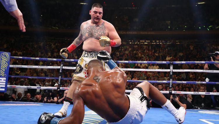 Neticama sensācija boksā: Ruiss atņem Džošua trīs pasaules čempiona jostas