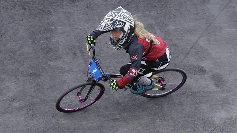 Astoņus gadus veca latviešu meitene dominē pasaules BMX čempionātā