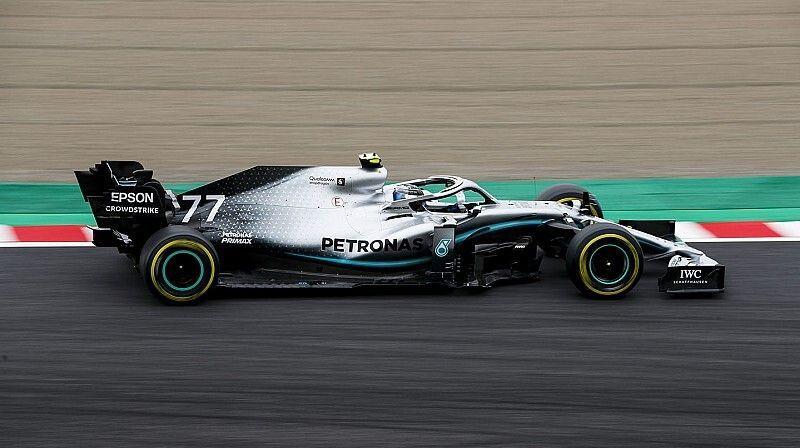 """Botass un Hamiltons sekundi ātrāki par """"Ferrari"""" pilotiem pirmajā treniņā"""