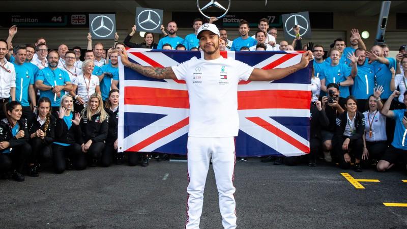 Hamiltons raksta vēsturi un izcīna sesto pasaules čempiona titulu