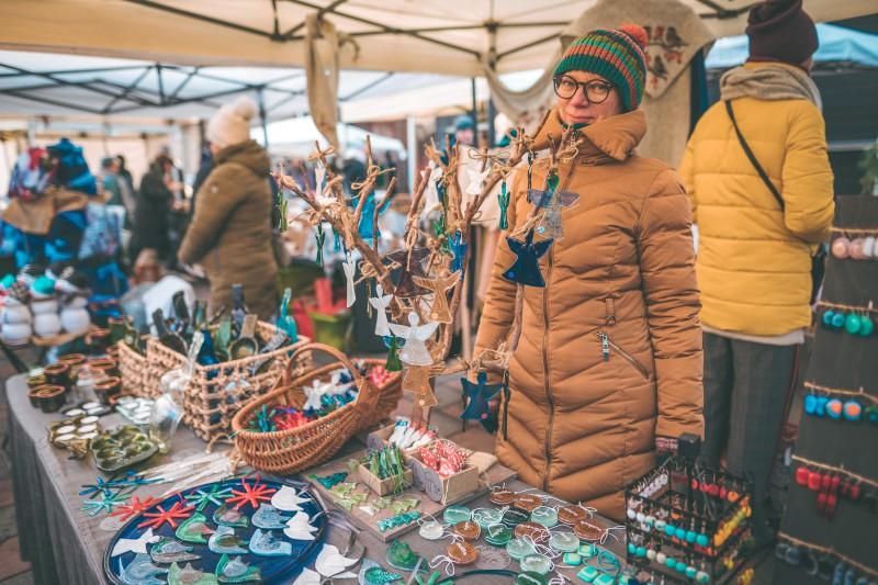 """Grāmatu sestdiena ar """"Liels un mazs"""" un Lūcijas diena Kalnciema kvartāla Ziemassvētku tirgū"""