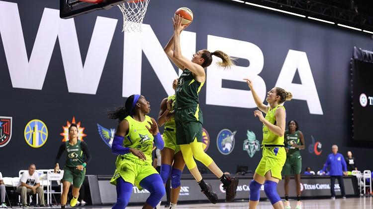 Stjuarte iepļauj no centra, Laksas komanda rezervē vietu WNBA pusfinālā