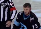 Video: KHL kautiņā spēlētājs pamatīgi dabū pa ausi