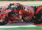 """Baņaijam ceturtā """"MotoGP"""" <i>pole</i> pēc kārtas, Markess brīnumaini izglābjas no kritiena"""