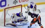 """Video: """"Islanders"""" līderim Barzelam izcili vārti pret """"Sabres"""", izslidinot ripu sev starp kājām"""