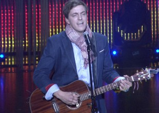 Video: Noklausies. Kārlis Kazāks izpilda emocionālu ukraiņu dziesmu