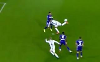 """Video: Futbolists paspīd ar """"skorpiona"""" sitienu"""