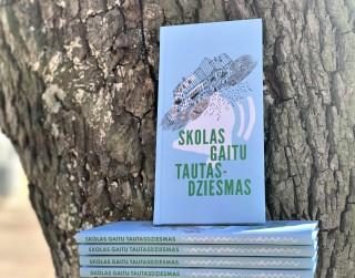 """Interneta tiešraidē iepazīstinās ar Rīgas skolēnu radošo darbu krājumu """"Skolas gaitu tautasdziesmas"""""""