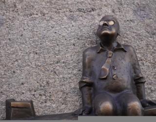 Atklāts Aivara Vilipsōna veidots Aleksandra Čaka piemiņas cilnis